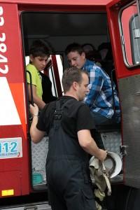 In de brandweerwagen...